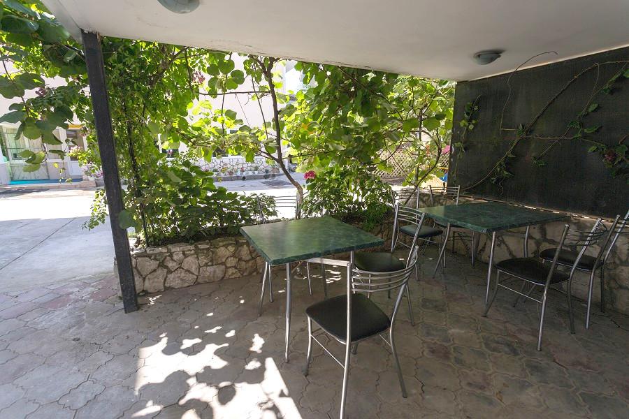 Летнее кафе гостевого дома Эв Рошель