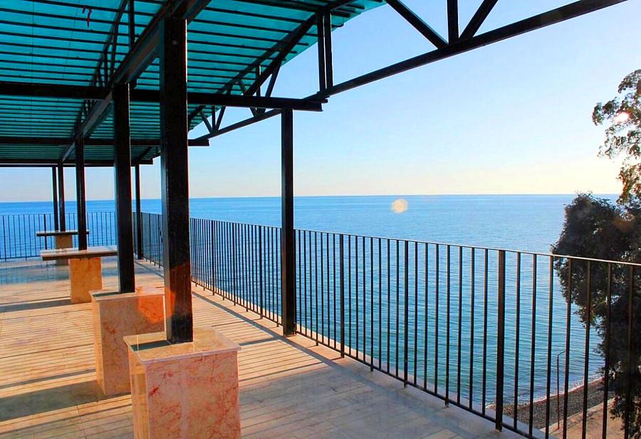 Вид на море с террасы на крыше Нового корпуса пансионата Эвкалиптовая роща, Кындыг, Очамчыра, Абхазия