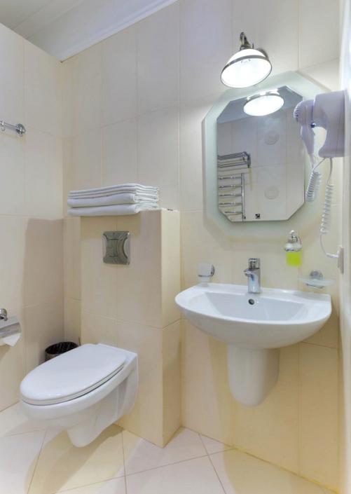 Туалетная комната номера Студия четырехместная в отеле Евпатерион