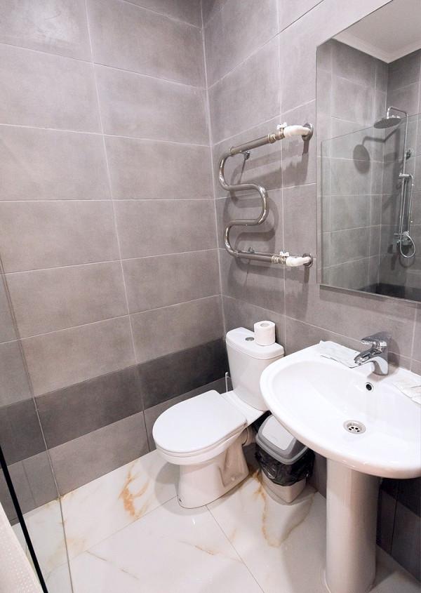 Туалетная комната номера Комфорт отеля Европа, Гагра, Абхазия