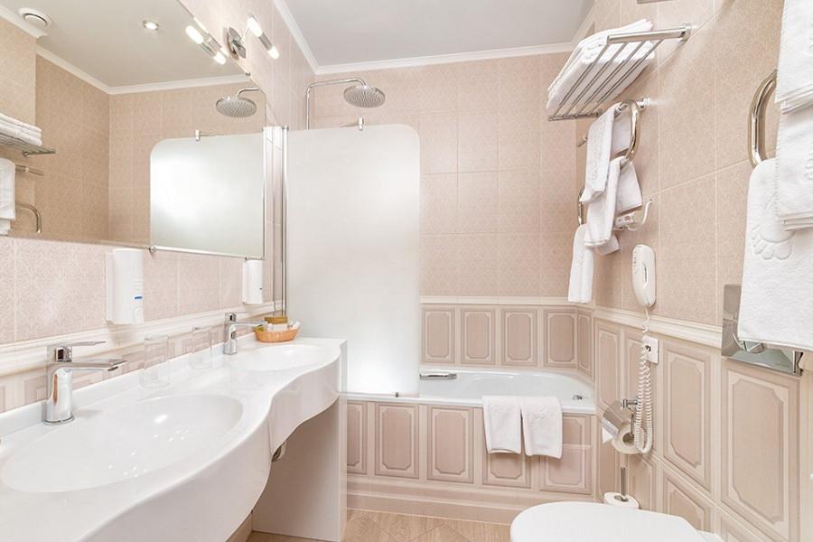 Туалетная комната номера Стандарт Семейный отеля Довиль