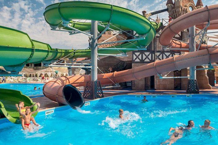 Открытый бассейн отеля Довиль