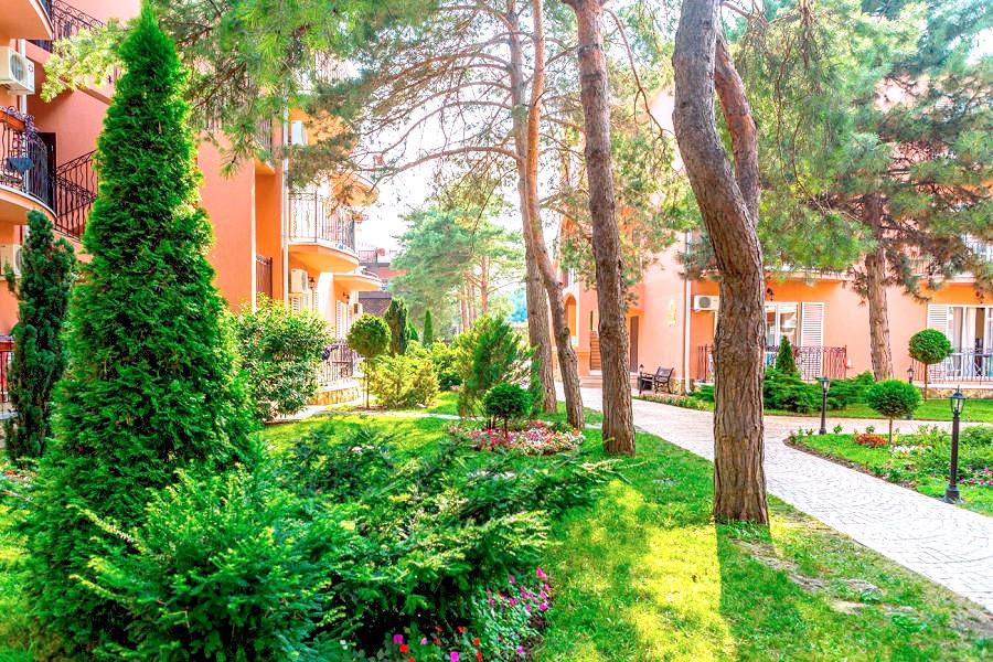 Территория отеля Ривьера