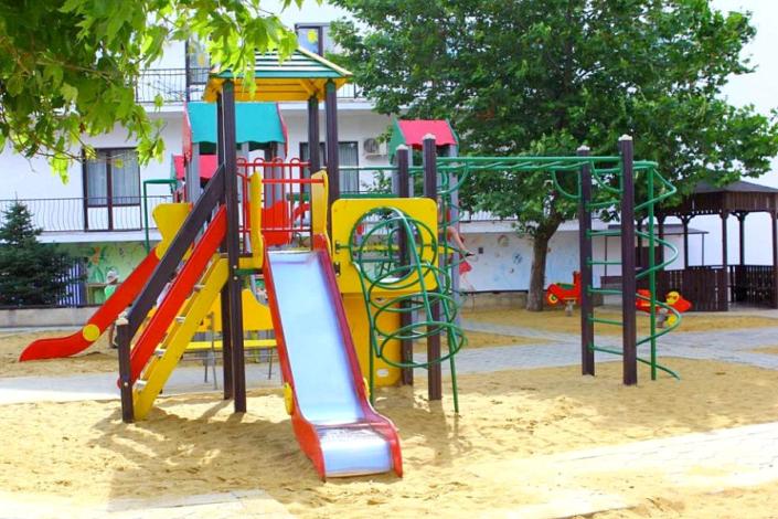 Детская площадка на территории пансионата Фея-2
