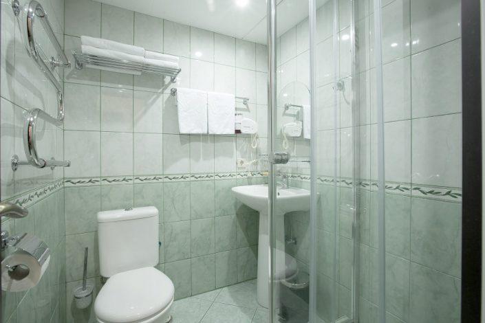 Туалетная комната номера Комфорт пансионата Фрегат