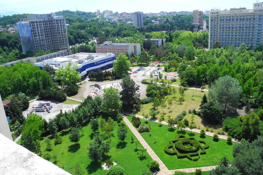 Вид на парк с балкона номера пансионата Фрегат
