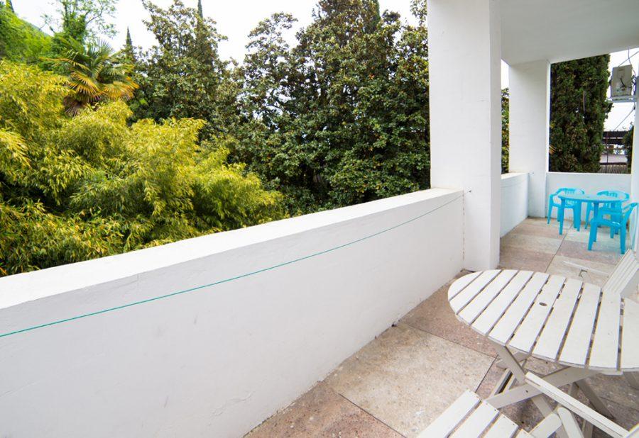 Балкон трехместного номера в коттедже пансионата Гагра