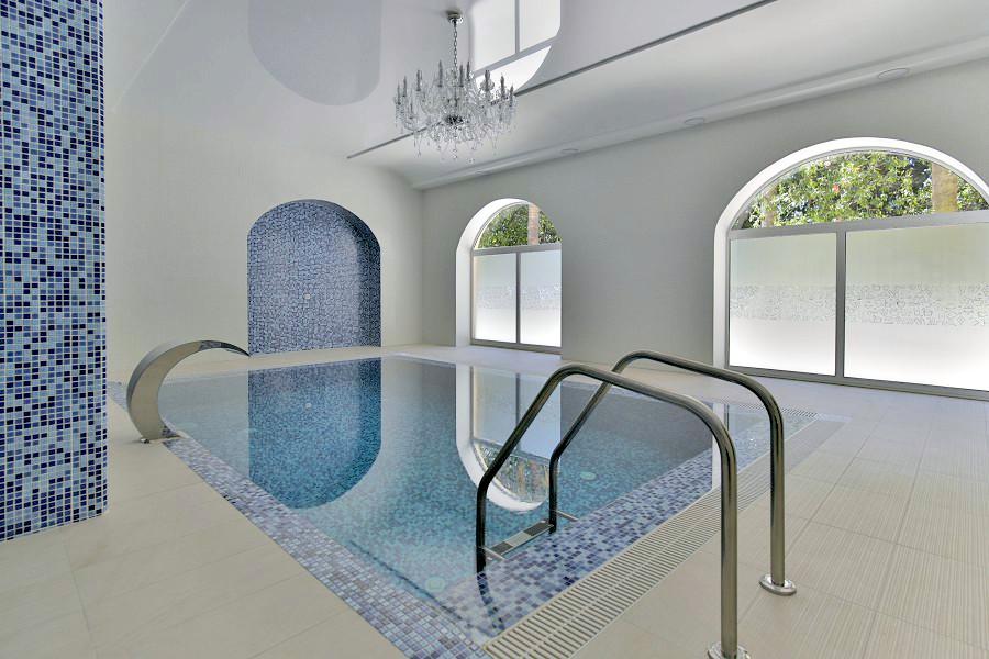 Крытый бассейн в Спа-комплексе отеля Garden Resort Gagra