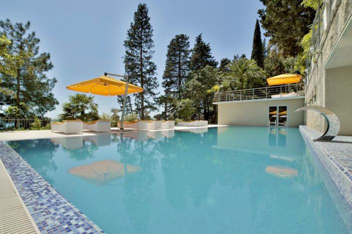 Открытый бассейн отеля Garden Resort Gagra