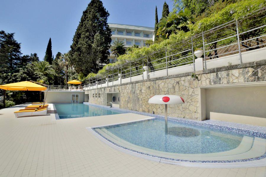 Открытый бассейн для детей отеля Garden Resort Gagra