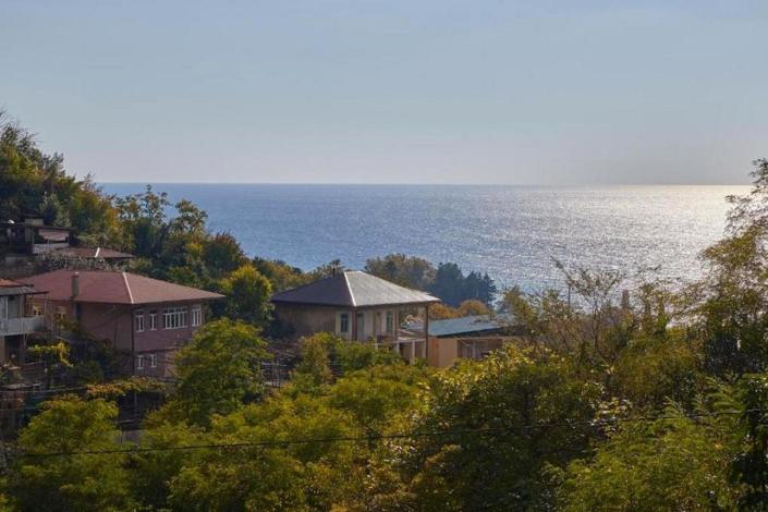Вид с территории на море мини-гостиницы Гнездо белой совы