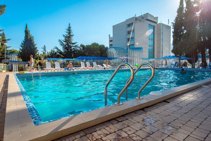 Открытый бассейн для взрослых на территории санатория Голубая волна