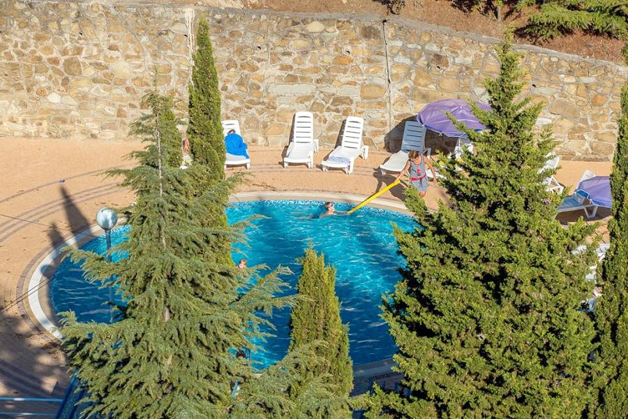 Открытый бассейн для детей на территории санатория Голубая волна