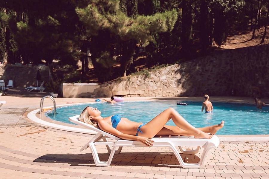Зона отдыха у бассейна санатория Голубая волна