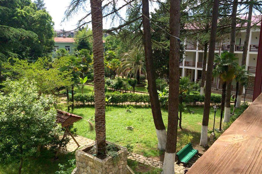 Вид на территорию террасы отеля Гора царя Баграта