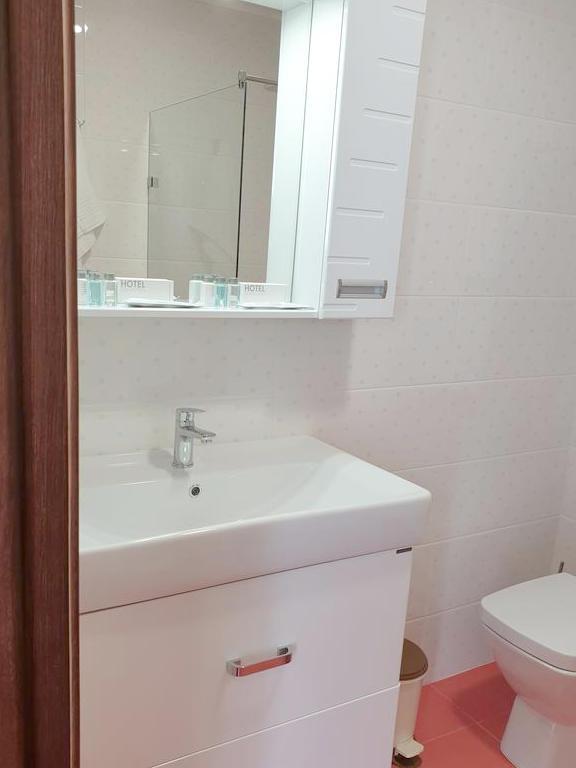 Туалетная комната номера Люкс Джуниор гранд-отеля Абхазия