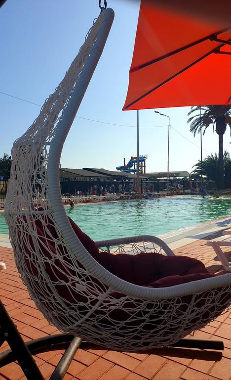 Зона отдыха у бассейна гранд-отеля Абхазия