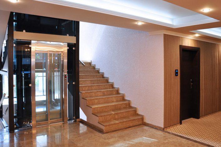 Холл и лифт Grand Hotel Gagra