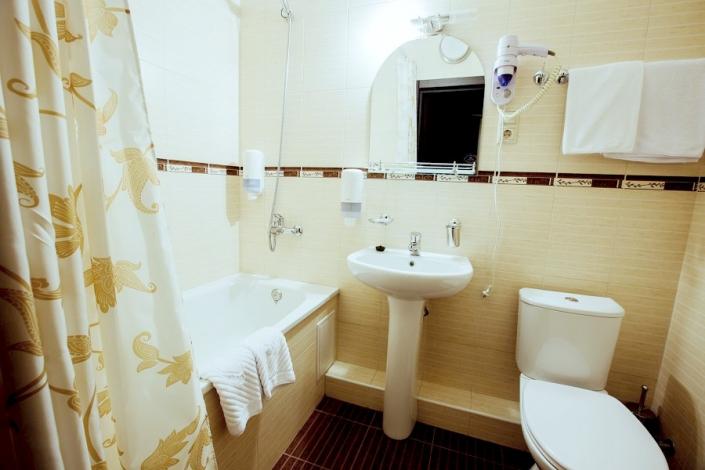 Туалетная комната Стандартного двухместного номера отеля Гранд Прибой