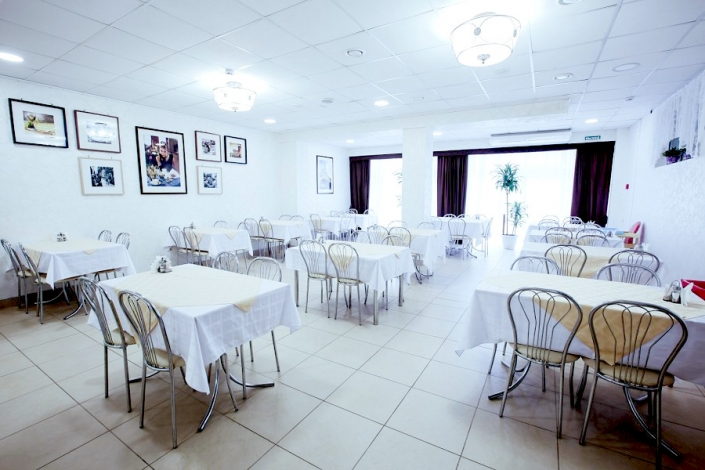 Обеденный зал отеля Гранд Прибой