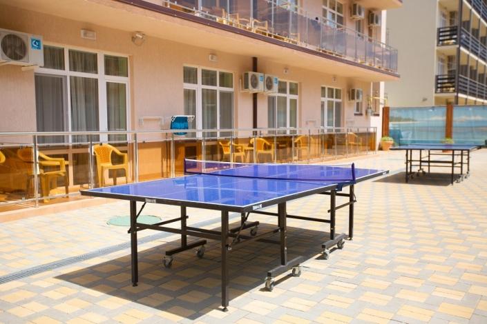 Стол для игры в пинг-понг на территории отеля Гранд Прибой