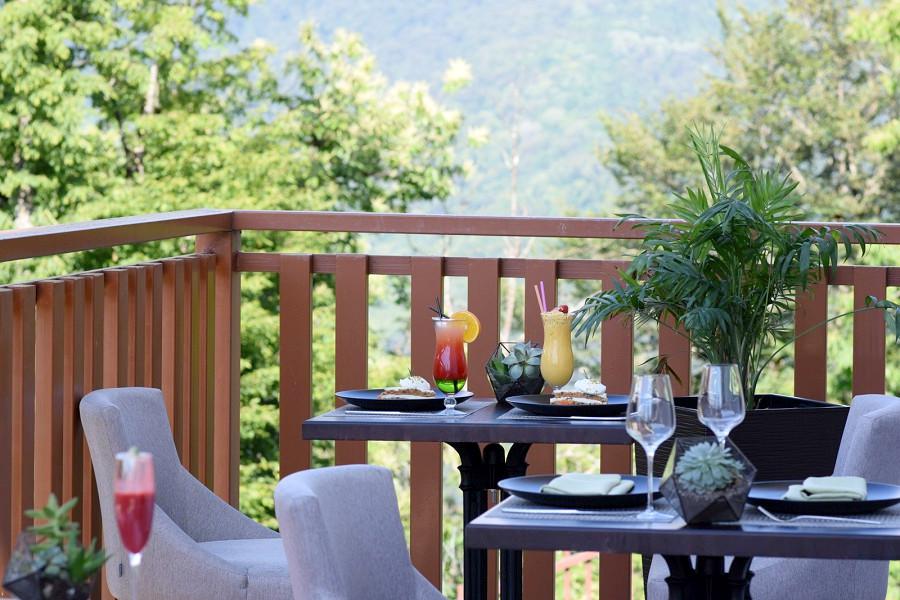 Терраса с видом на горы в Green Flow Hotel