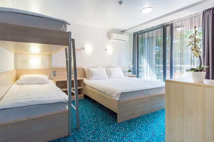 Улучшенный трехместный номер с двуспальной и двухъярусными кроватями отеля Грин Парк