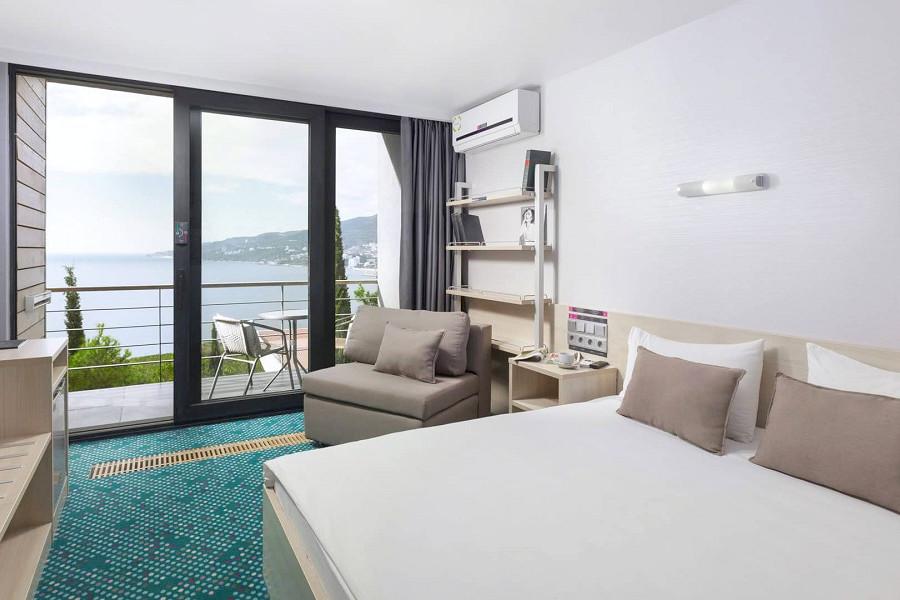 Люкс четырехместный двухкомнатный с двуспальной кроватью отеля Грин Парк