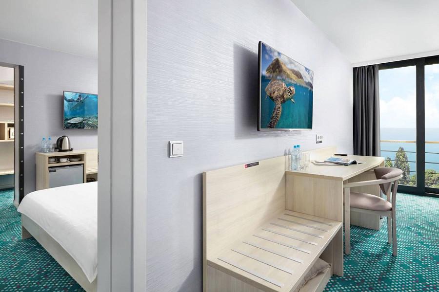 Люкс Семейный четырехместный двухкомнатный с двуспальной и раздельными кроватями отеля Грин Парк