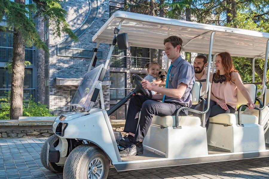 Электромобиль на территории отеля Грин Парк