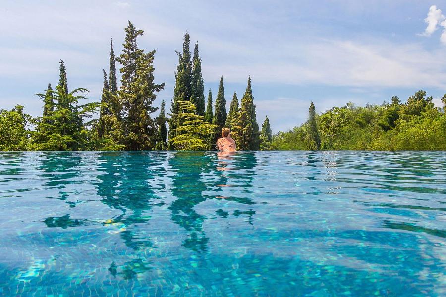 Панорамный бассейн на объединенной территории отелей Ялта-Интурист и Грин Парк, Крым