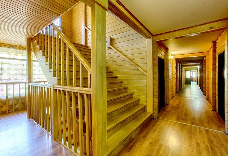 Лестница между этажами гостиницы Грифон