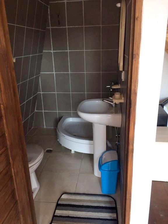 Туалетная комната в коттедже комплекса ГудаУта