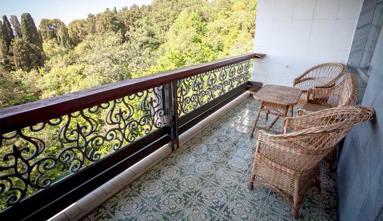 Балкон Улучшенного номера в корпусе Бриз санатория Гурзуфский