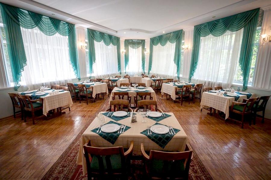 Зеленый обеденный зал санатория Гурзуфский
