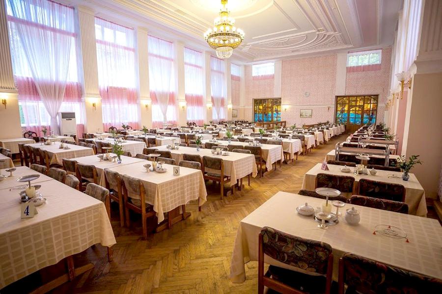 Розовый обеденный зал санатория Гурзуфский