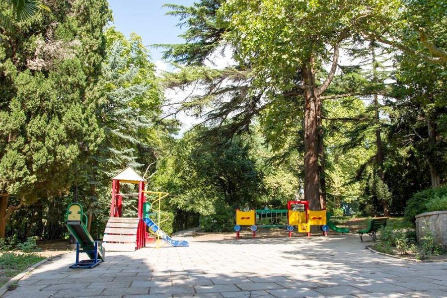 Детская площадка на территории санатория Гурзуфский