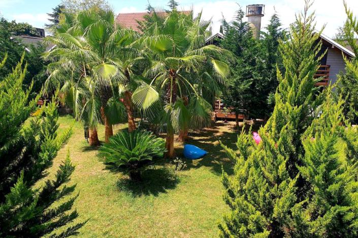 Вид на территорию с балкона гостевого домика коттеджного комплекса Happy Land