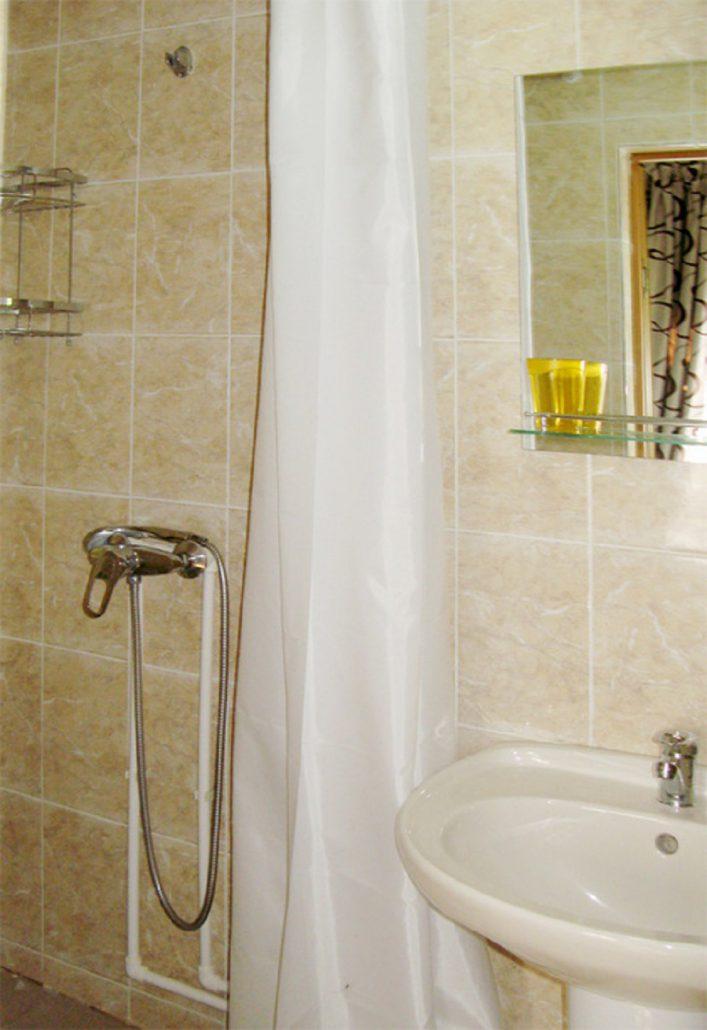 Туалетная комната в номере гостиницы Хипста Ривер Экопарк