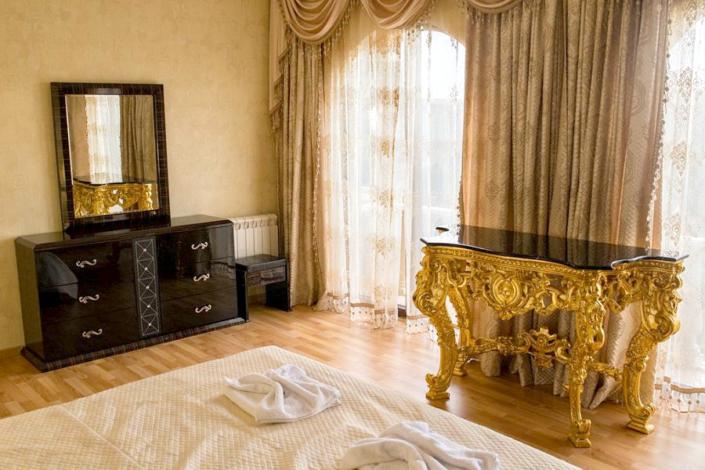 Апартаменты Премиум с кухней четырехместные трехкомнатные апарт-отеля Holiday