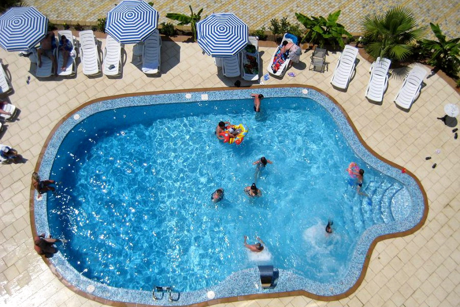 Бассейн на территории апарт-отеля Holiday