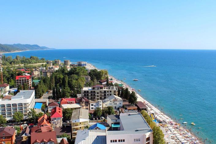 Пляж недалеко от апарт-отеля Holiday