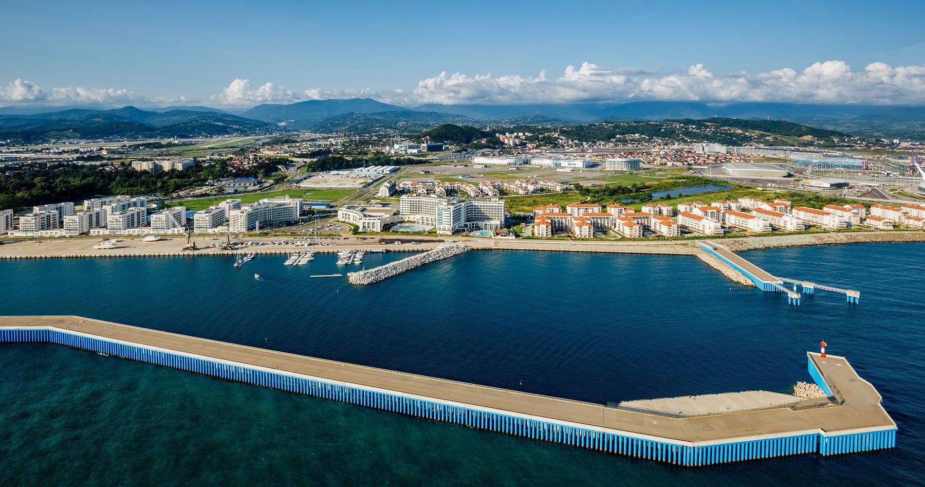 Вид с моря на отели Имеретинского курорта Сочи