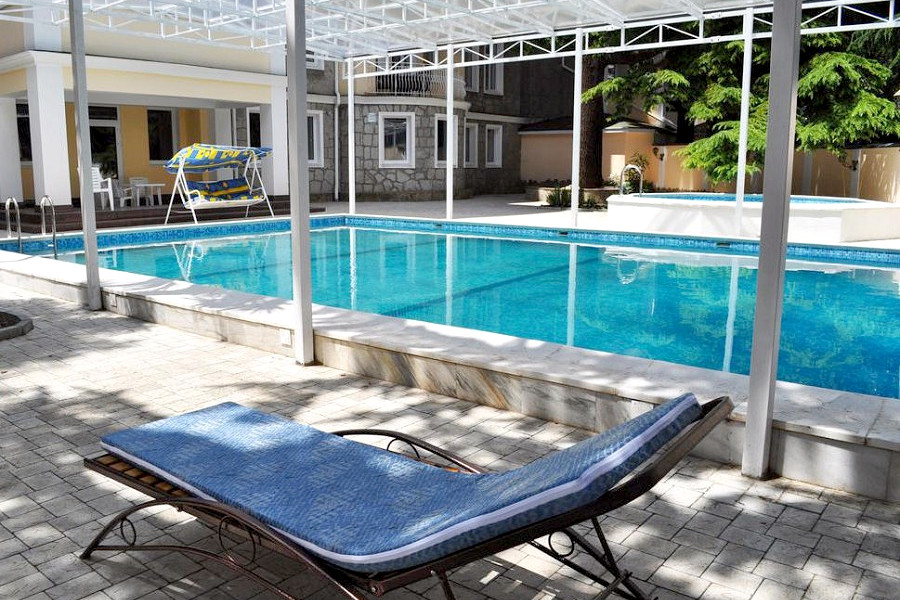 Зона отдыха у открытого бассейна пансионата Империал 2011