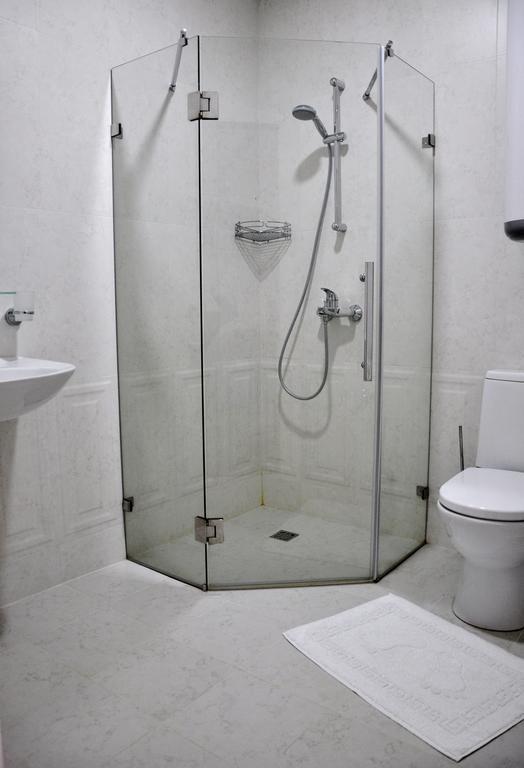 Туалетная комната в номере отеля Инжир Вилладж