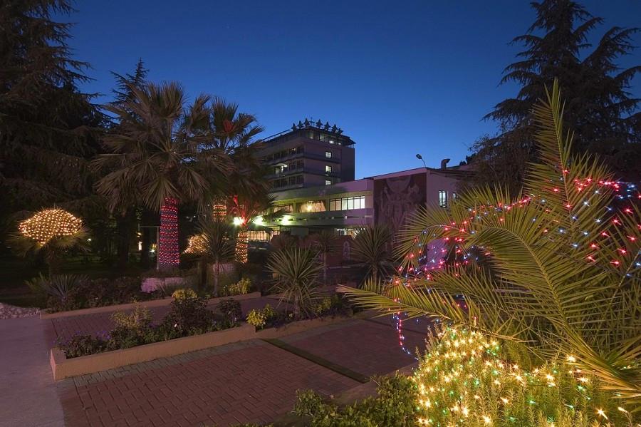 Территория пансионата Изумруд вечером