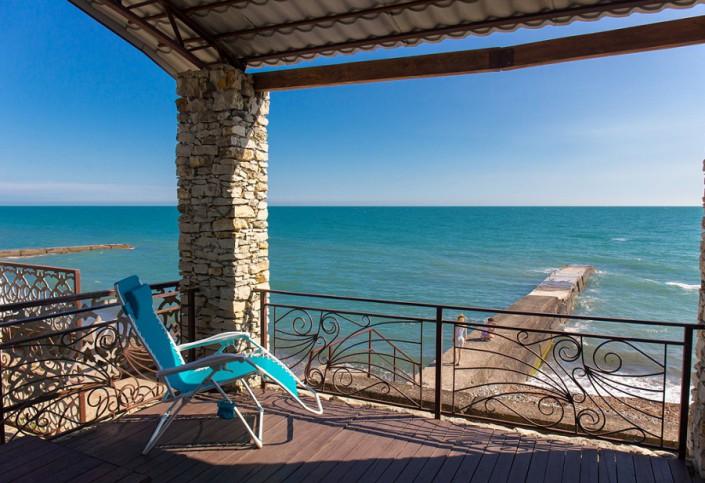 Деревянная терраса над набережной и пляжем гостиницы Как дома