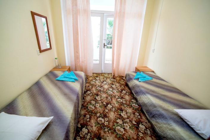 Двухместный номер с частичными удобствами в пансионате Кавказ, Гагра, Абхазия