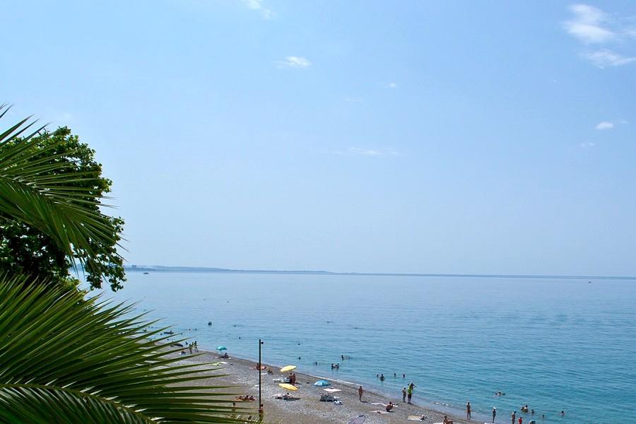 Вид на пляж с балкона номера пансионата Кавказ, Гагра, Абхазия