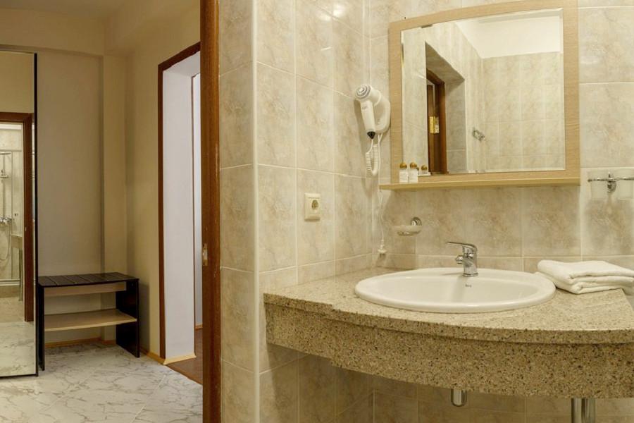 Туалетная комната номера Семейный Люкс в отеле Киараз Арена